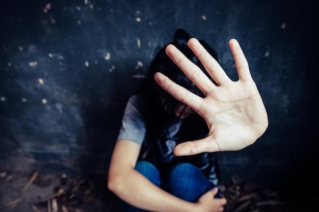 Niña con la mano extendida señalización para detener útil a la campaña contra la violencia, el género o la discriminación sexual