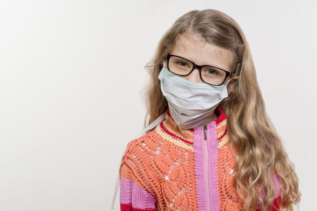 Niña en máscara médica.
