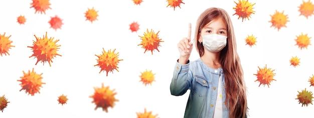 Niña con máscara de protección contra el virus corona en la escuela.