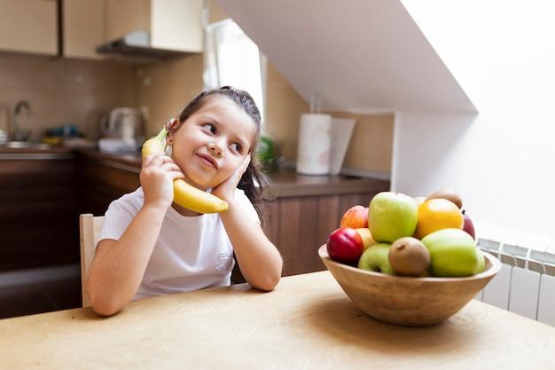 Niña con merienda saludable en casa