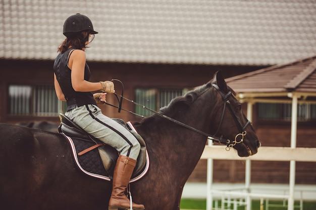 La niña monta un caballo