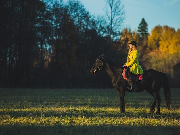Niña monta un caballo