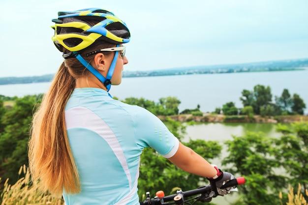 Niña montando bicicleta afuera