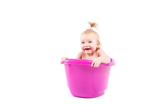 Niña muy linda tomar baño en la bañera