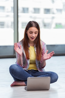 Niña navegando por internet en la computadora portátil