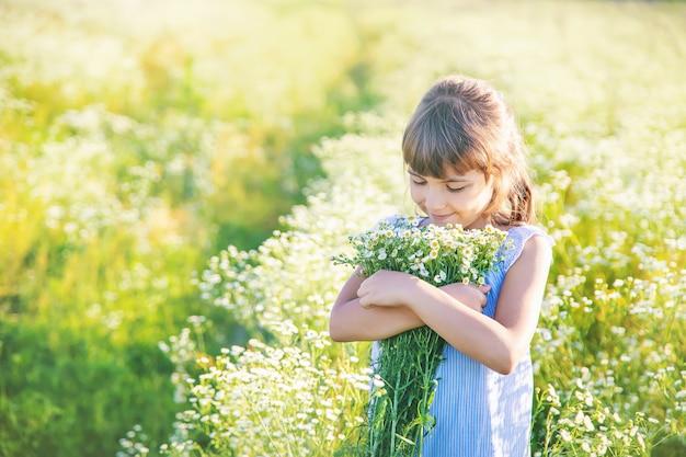 Niña niño en un campo de manzanilla