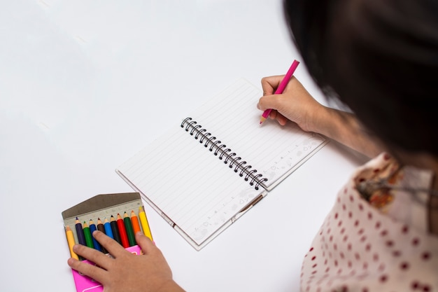 Niña niño dibujando con lápices.