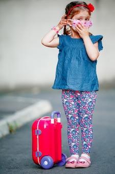 Niña niño lindo en cuarentena en casa sueña con viajar.