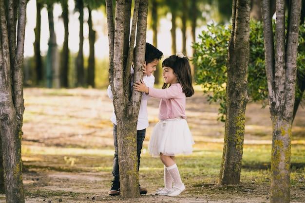 Niña y niño en el parque. cara a cara
