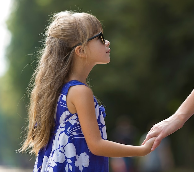 Niña niño pequeño mano al aire libre.