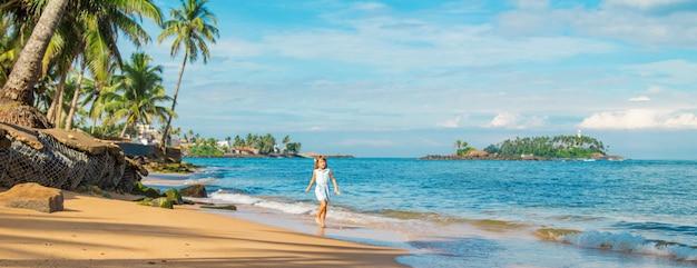 Niña niño en la playa en sri lanka