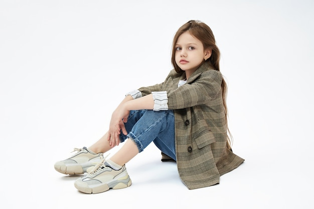 Niña niño posando sentada en el suelo