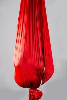 Niña no identificada escondida en un pañuelo rojo colgante