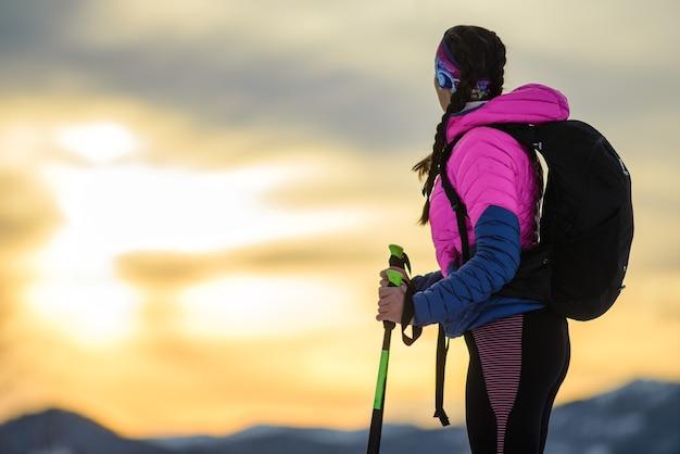 Niña observa el impresionante cielo durante una caminata alpina de invierno