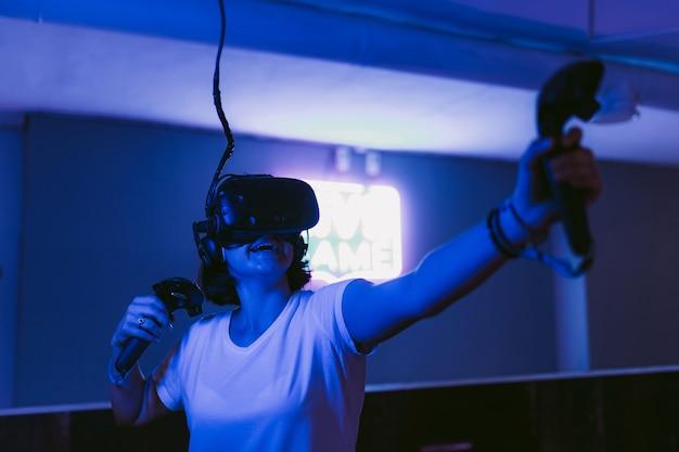 La niña obtiene nuevas impresiones de la realidad virtual