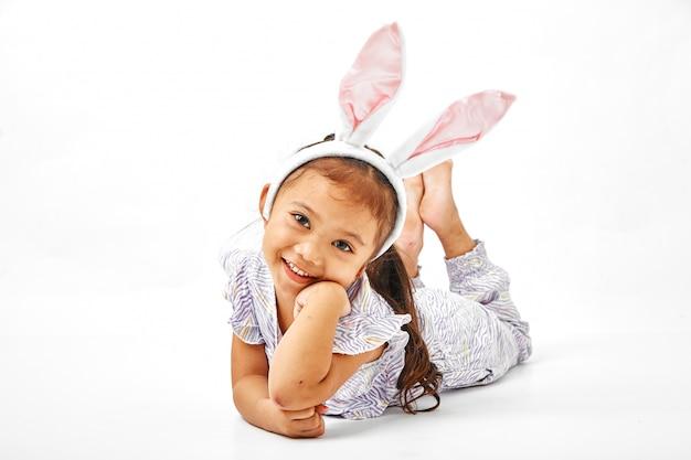 Niña con orejas rosa conejito