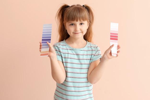 Niña con paletas de colores