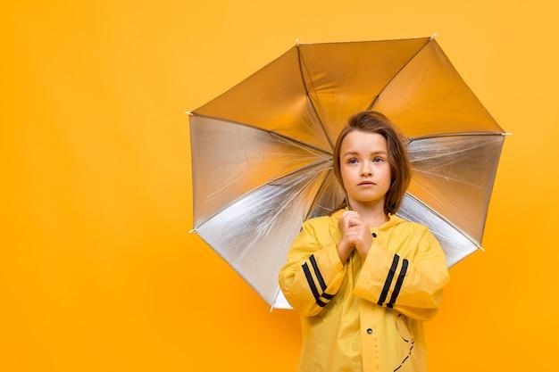 Niña bajo un paraguas abierto