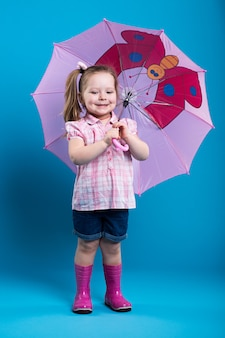 Niña con paraguas rosa