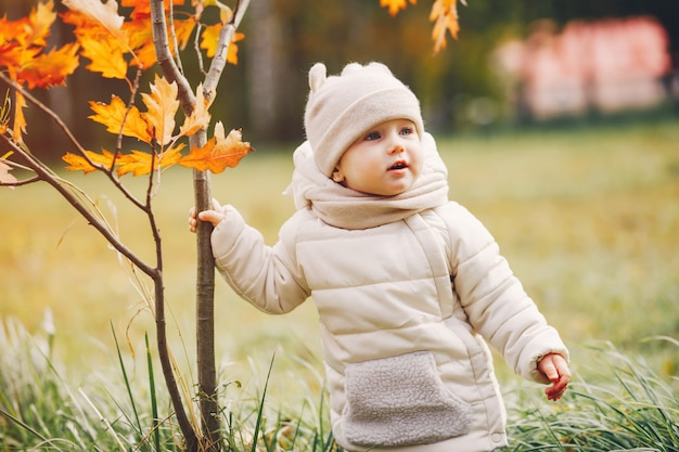 Niña en un parque de otoño