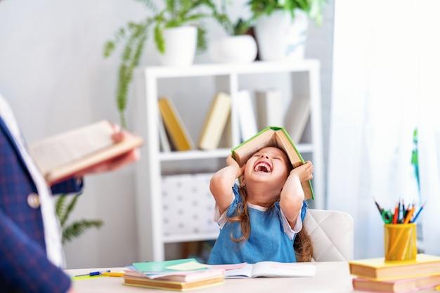 Niña participa en lecciones con el maestro en casa