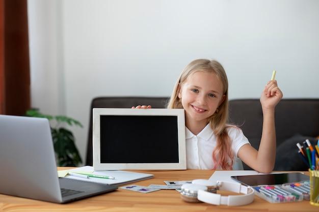 Niña participando en clases online en casa