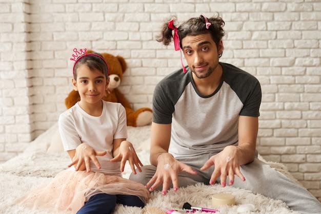 La niña está pasando tiempo junto con el padre.