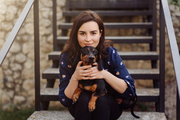 Niña en un paseo con su cachorro