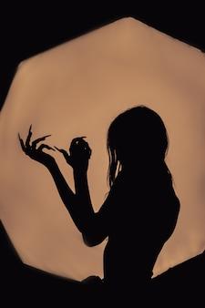 Una niña con el pelo largo de una bruja está tratando de prenderse fuego
