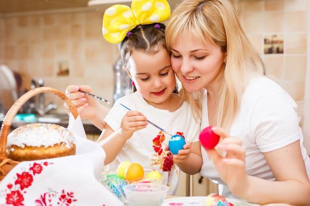 Niña, pintura, huevos de pascua, con, madre