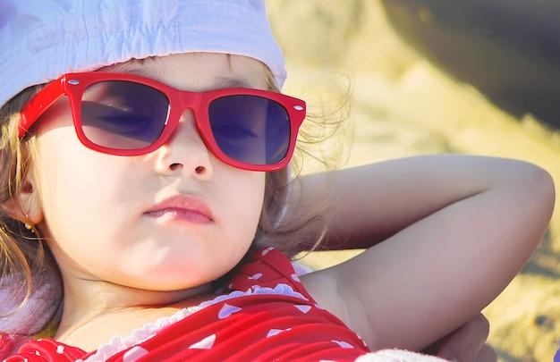 Niña en la playa, junto al mar. enfoque selectivo