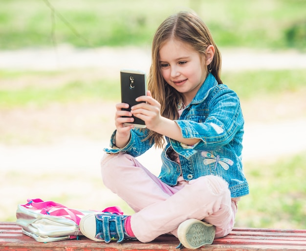 Niña preadolescente tomando fotos selfie