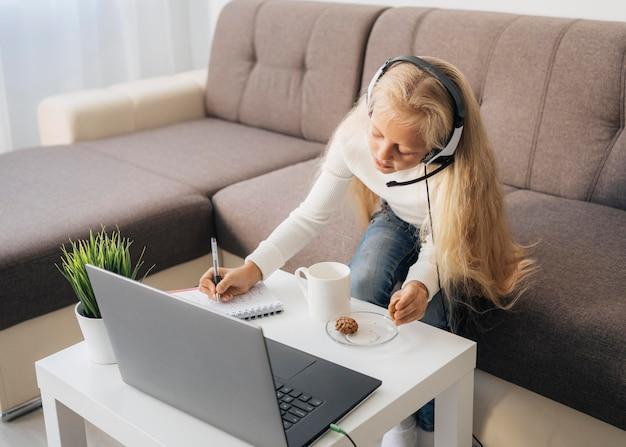 Niña prestando atención a la clase en línea