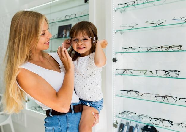 Niña probándose gafas marco