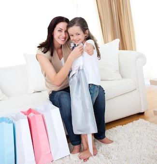 Niña probándose un vestido con su madre