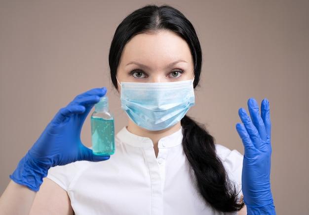 La niña con protección contra virus