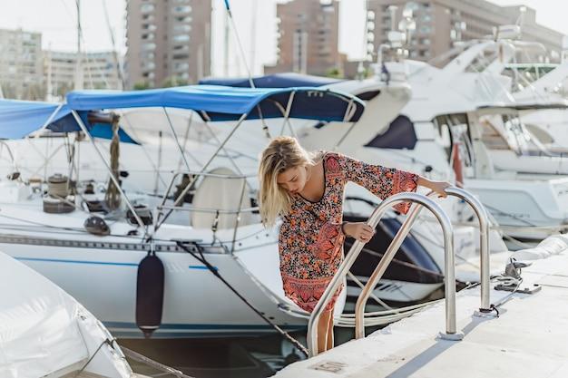La niña en el puerto