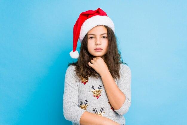 La niña que celebra el día de navidad sufre dolor en la garganta debido a un virus o infección.