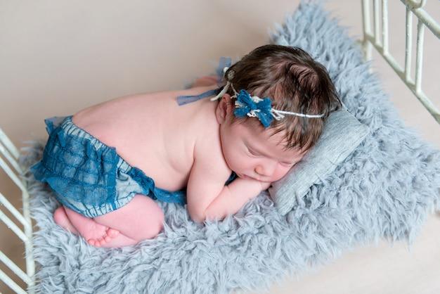 Niña recién nacida durmiendo en la cuna