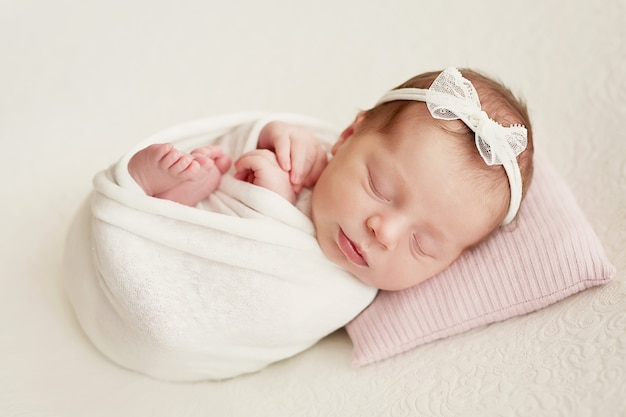 Niña recién nacida sobre un fondo claro