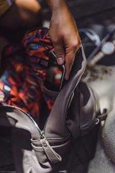 Niña recoge una mochila, pone un teléfono inteligente, una computadora portátil