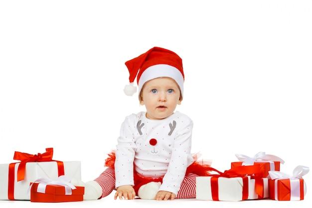 Niña y regalo aislados en blanco