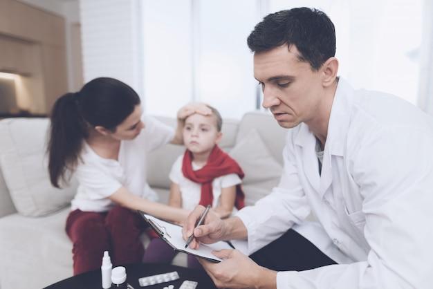 La niña se resfrió. su madre llamó al doctor en su casa.