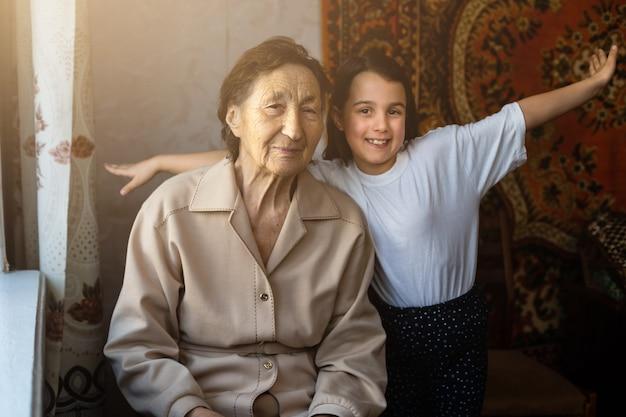 Una niña se ríe con su bisabuela