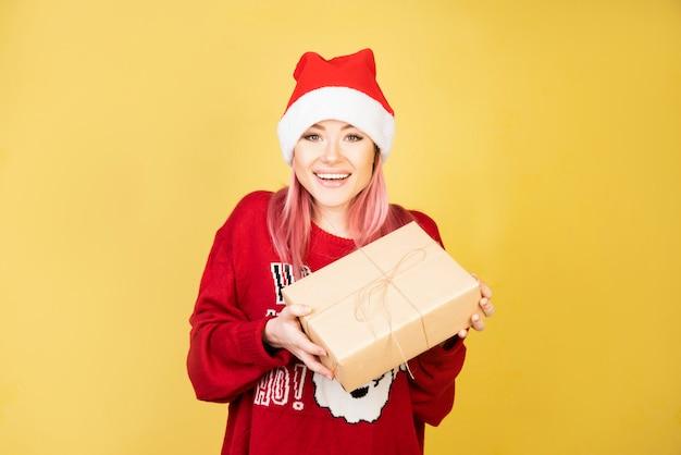 Niña riendo con regalos en las manos