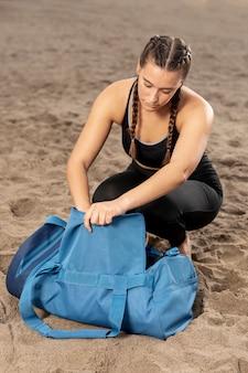 Niña en ropa deportiva con una bolsa de gimnasio