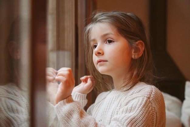 Niña rubia esperando a santa en nochebuena