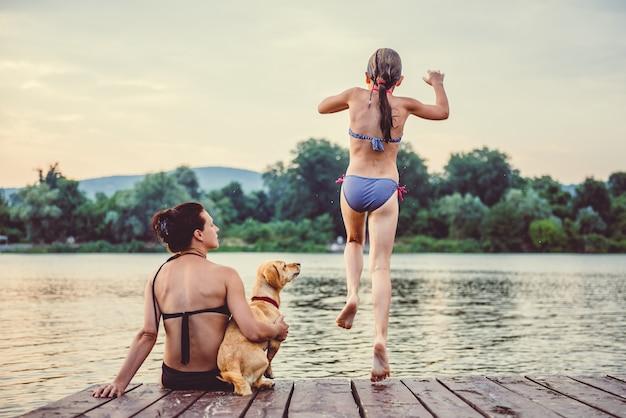 Niña saltando al agua