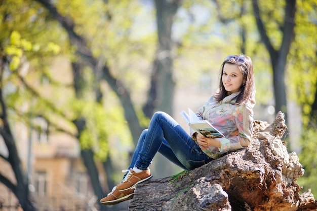 82efe6d71 Chica con libro abierto en pantalones cortos | Descargar Fotos gratis