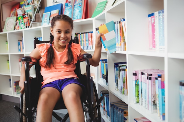 Niña sentada en una silla de ruedas